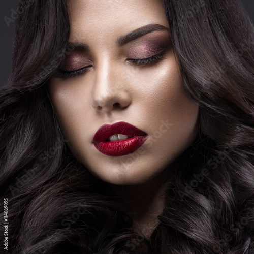 Tela  Beautiful brunette model: curls, classic makeup and red lips