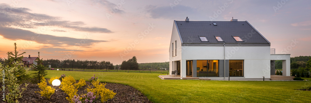 Fototapeta Beautiful home with amazing backyard