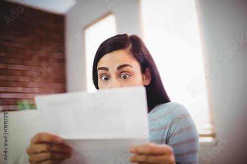 Fotografie, Obraz  čtení dopisu Šokovaný žena