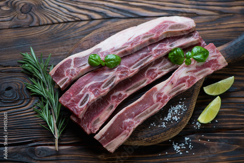 Photo  Raw fresh short beef ribs for grill, rustic wooden setting