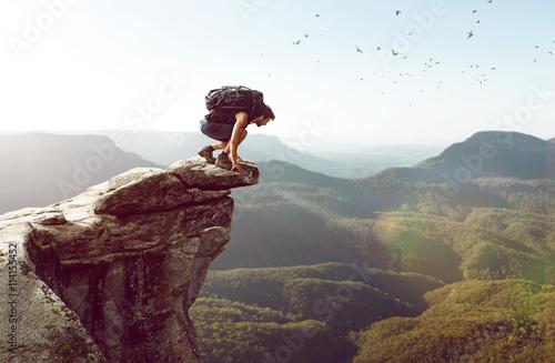 Wanderer sitzt am Abgrund