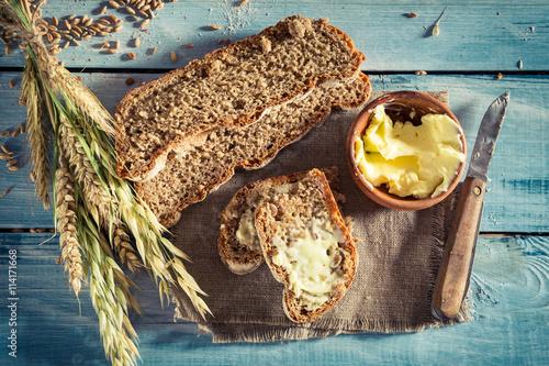 pyszny-chleb-z-maslem-na-sniadanie-na-niebieskim-stole