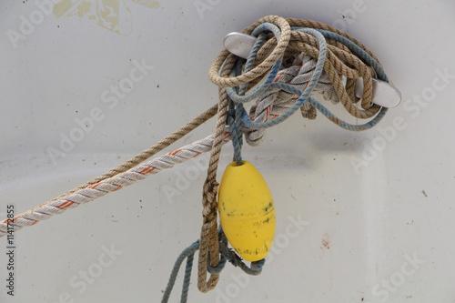 Fotografiet  Cordages et bouée sur un bateau