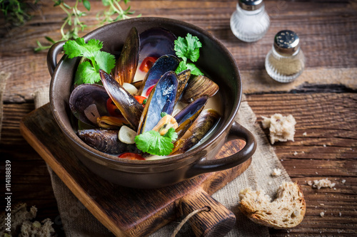 Valokuva  Mussels with garlic and red peppers