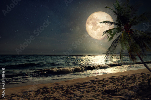 Photo Beautiful fantasy tropical beach with Milky Way star in night skies, full moon -