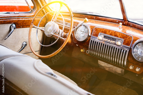 Poster Vintage voitures Interior of a classic vintage car with sun glare