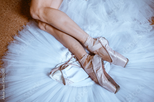 fototapeta na lodówkę The close-up feet of young ballerina in pointe shoes