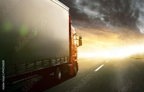 Fototapeta Ciężarówka jedzie w kierunku zachodu słońca