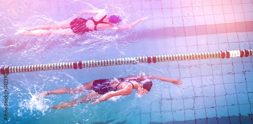 Photo  Female swimmers racing in the swimming pool