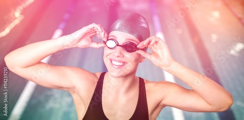 Photo  Woman in swimsuit adjusting her goggles