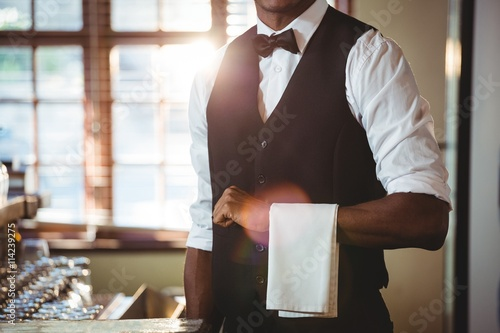 Fotografía Bartender with napkin draped on his hand