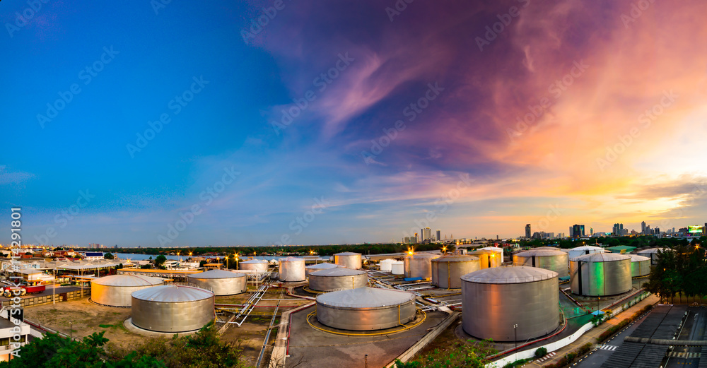 Fototapety, obrazy: Industrial oil tanks in a refinery at twilight