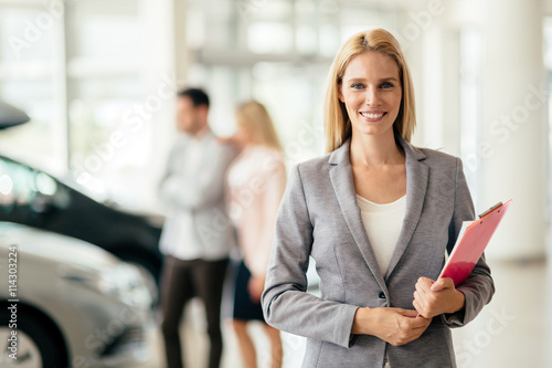 Fotografía Salesperson working at car dealership