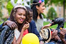 Indisches Mädchen Und Afrikanisches Paar Feiern Gemeinsam Auf Straßenparty