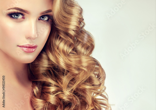 Cadres-photo bureau Salon de coiffure Beautiful girl with long wavy hair . Blonde model with curly hairstyle .