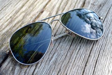 Okulary przeciwsłoneczne na ławce.