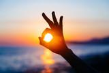 Ok ręka znak sylwetka o zachodzie słońca - 114329220