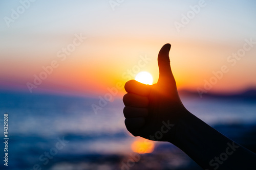 Pinturas sobre lienzo  Ok hand sign silhouette at sunset