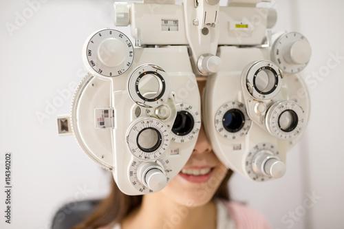 Fotomural Woman having optometry machine vision