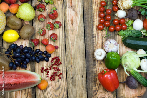 warzywa i owoce na stole z desek drewnianych