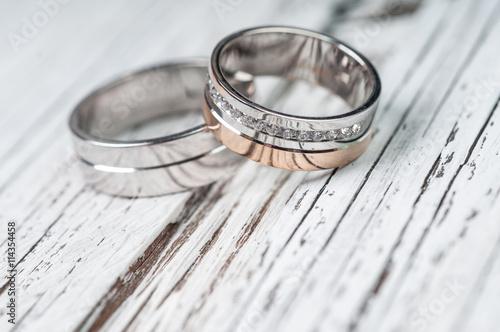 fototapeta na szkło Wedding rings on rustic wood
