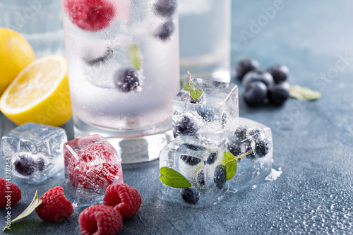 Photo  Sparkling water with berry and herb ice