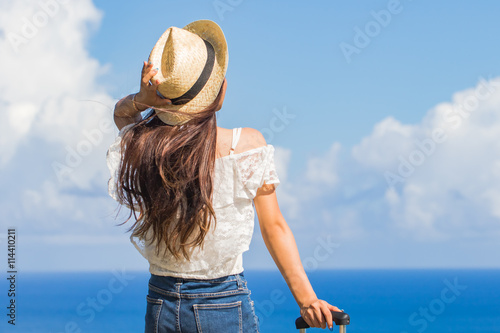 Láminas  沖縄の海と旅をする女性