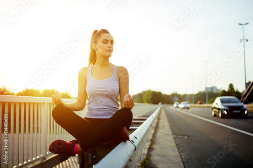 Photo  Woman relaxing next to a busy road, challenge concept