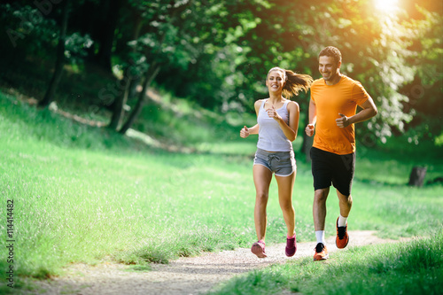 Foto auf AluDibond Jogging Healthy couple jogging in nature