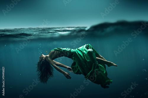Fotografía  Mujer que flota bajo el agua