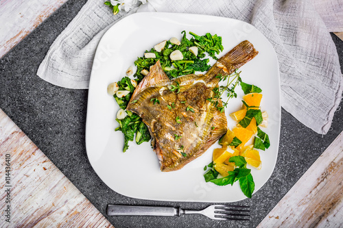 Fotomural Grilled flounder with spinach and orange salsa with fresh mint
