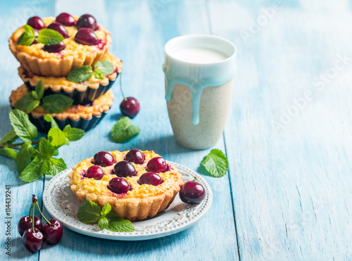 fototapeta na lodówkę Small tarts with fresh cherries