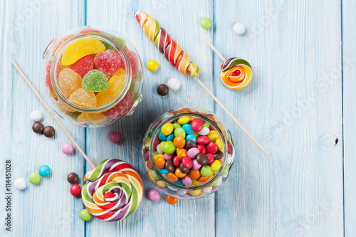 Poster Confiserie Colorful candies on wooden table