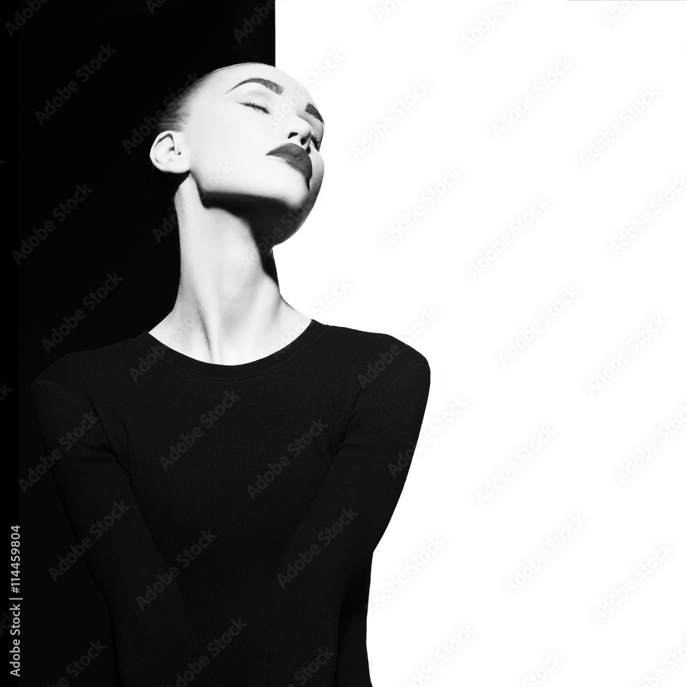 Fototapeta Elegancka kobieta w geometrycznym czarno-białym tle - obraz na płótnie
