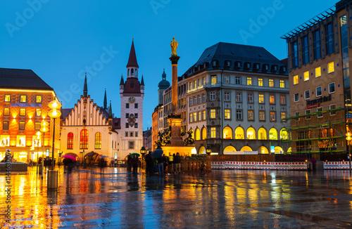 Fototapeta premium Marienplatz w nocy w Monachium, Niemcy