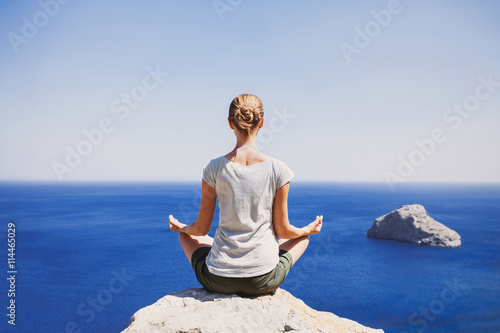 Spoed Foto op Canvas School de yoga Young woman practicing yoga outdoors