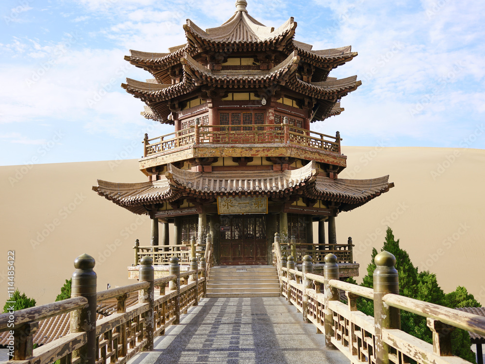 Photo  The Crescent Moon Pagoda in Dunhuang on the Silk Road (Gansu Province, China)