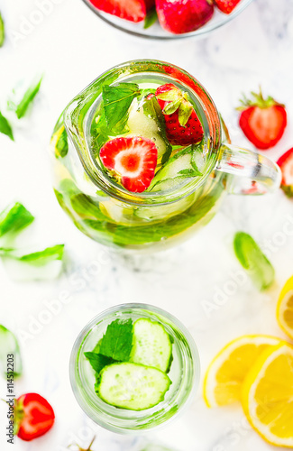 water-with-strawberries-lemon