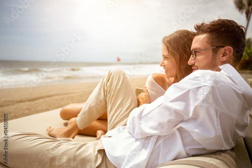 Tablou Canvas Young couple enjoying on beach