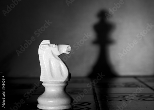 Fototapeta  Scacchi fotografati su una scacchiera