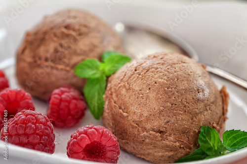 fototapeta na lodówkę Chocolate ice cream with raspberry