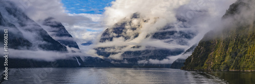 Nouvelle Zélande beautiful foggy scene of milfordsound fiordland national park so