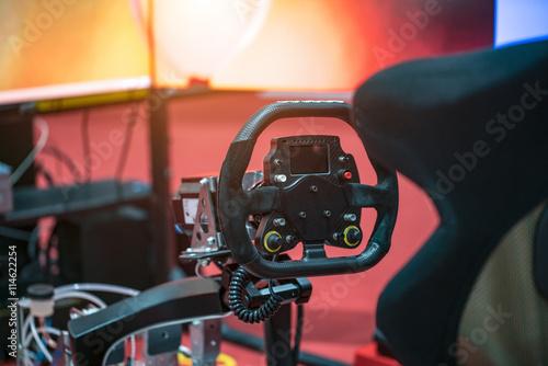 Zdjęcie XXL Rywalizacja za kierownicą konsoli do gier.
