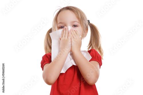 plakat hübsches Mädchen putzt ihre Nase