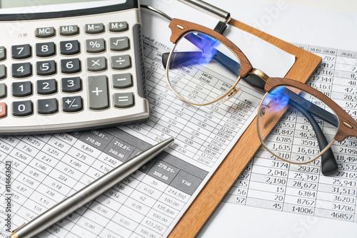 Fotografía  Calculator pen and glasses concept of interest.