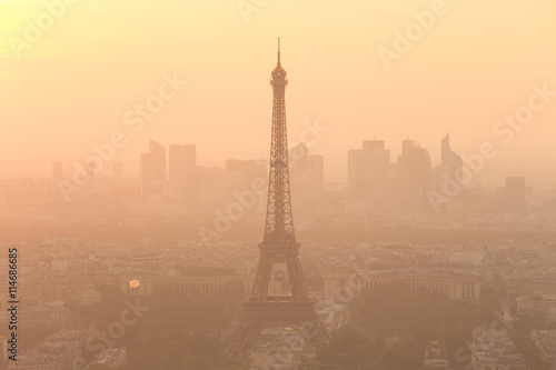 Papiers peints Paris Aerial view of Paris with Eiffel tower and major business district of La Defence in background at sunset.