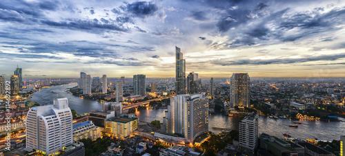 Fototapeta premium Widok na panoramę miasta Bangkok i rzekę Menam
