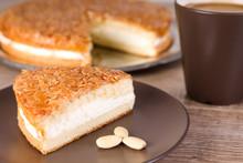 Bienenstich Kuchen Mit Einer Tasse Kaffee