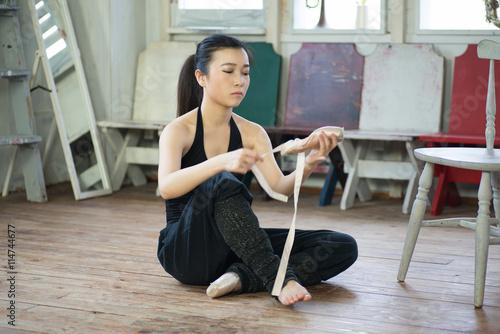 Spoed Foto op Canvas Fitness バレエの練習の準備をする若く美しい日本人女性