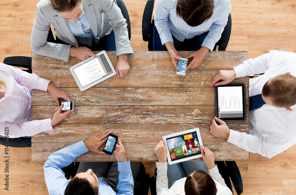 Fototapeta business team with smartphones and tablet pc